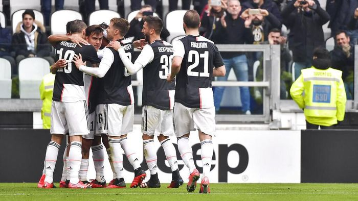 Juventus Paulo Dybala, second left, celebrates with teammates after scoring his sides opening goal during the Serie A soccer match between Juventus and Brescia, a the Allianz Stadium in Turin, Italy, Sunday, Feb. 16, 2020. (Marco Alpozzi/Lapresse via AP)