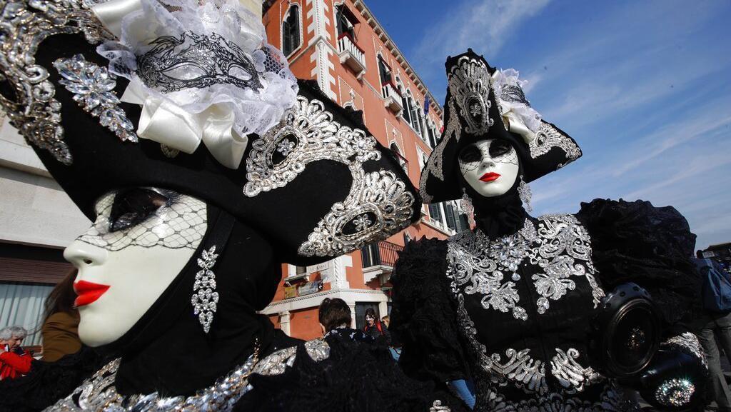 Ragam Kostum dan Topeng Unik Meriahkan Karnaval di Venesia