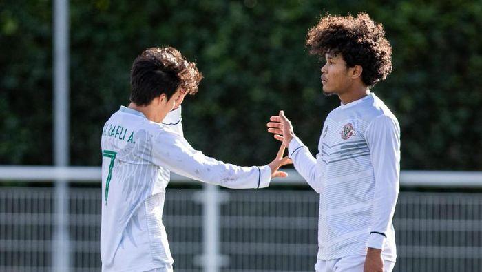 Dua pemain Garuda Select, Amiruddin Bagus Kahfi Alfikri dan Muhammad Rafli Asrul.