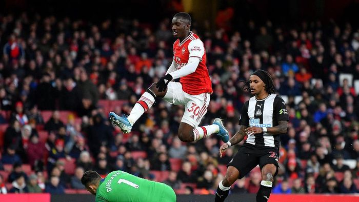 LONDON, ENGLAND - FEBRUARY 16: Edward Nketiah of Arsenal hurdleds Martin Dubravka of Newcastle United during the Premier League match between Arsenal FC and Newcastle United at Emirates Stadium on February 16, 2020 in London, United Kingdom. (Photo by Justin Setterfield/Getty Images)