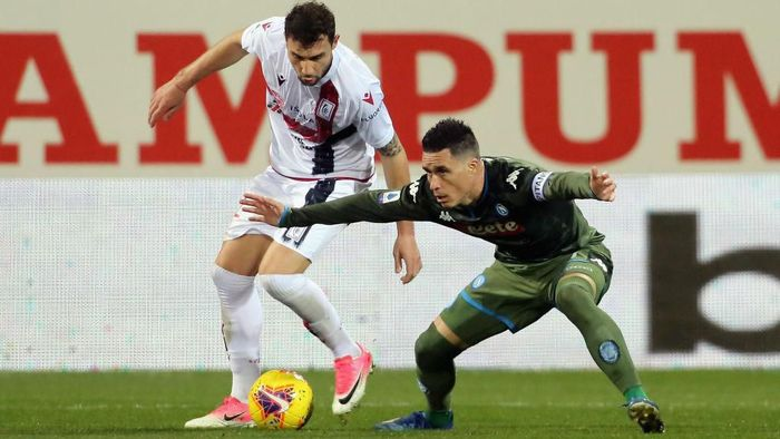CAGLIARI, ITALY - FEBRUARY 16: Artur Ionita of Cagliari in contrast of Josè Callejon of Napoli   during the Serie A match between Cagliari Calcio and  SSC Napoli at Sardegna Arena on February 16, 2020 in Cagliari, Italy.  (Photo by Enrico Locci/Getty Images)