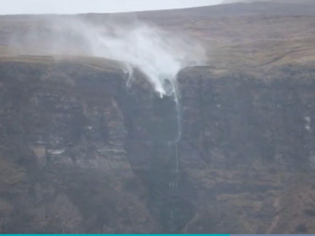 Disapu Badai, Air Terjun Cerobong Iblis, Airnya Balik Lagi ke Atas!