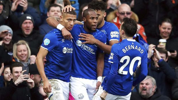 Everton's Richarlison, left, celebrates scoring his side's second goal of the game against Crystal Palace, during their English Premier League soccer match at Goodison Park in Liverpool, England, Saturday Feb. 8, 2020. (Martin Rickett/PA via AP)