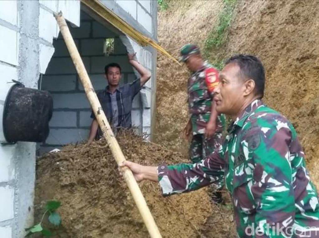 Hujan Deras, Rumah Warga Trenggalek Jebol Diterjang Longsor