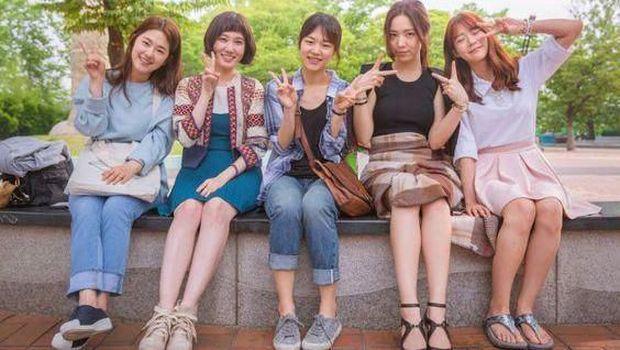 Gak Melulu Soal Cinta, 5 Drama Korea Ini Punya Cerita Friendship Goals!