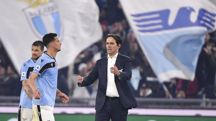 Lazio's head coach Simone Inzaghi, right, celebrates with his teammates their teams 2-1 victory at the end of the Serie A soccer match between Lazio and inter Milan, at Romes Olympic stadium, Sunday, Feb. 16, 2020. (Alfredo Falcone/LaPresse via AP)