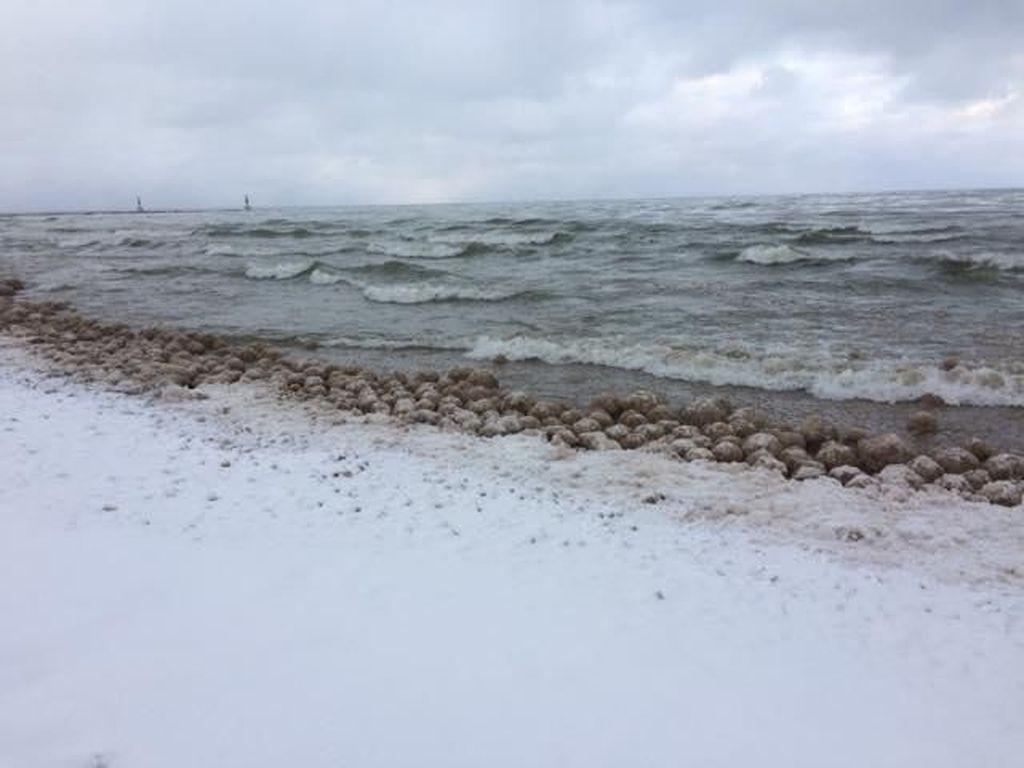 Sangat Dingin, Air di Danau Ini Jadi Bola Es