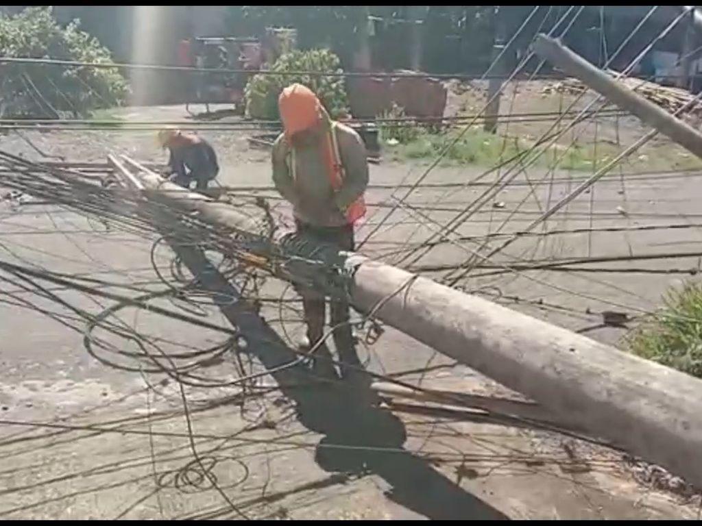 Tiang Listrik Tumbang di Mamuju, Kabelnya Tutupi Jalan