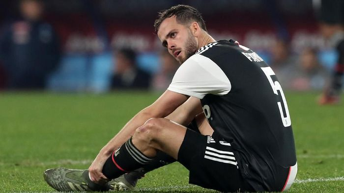 NAPLES, ITALY - JANUARY 26: Miralem Pjanic of Juventus injured during the Serie A match between SSC Napoli and  Juventus at Stadio San Paolo on January 26, 2020 in Naples, Italy. (Photo by Francesco Pecoraro/Getty Images)