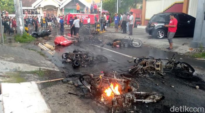 Bentrok antara massa Bonek dengan massa Aremania terjadi di kawasan Blitar, Jatim. Sejumlah motor hangus terbakar akibat bentrok itu.