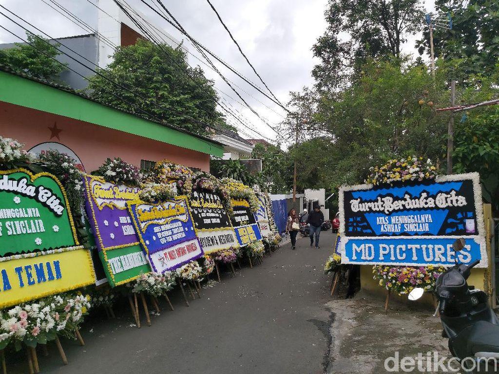 Karangan Bunga Belasungkawa Terus Berdatangan ke Rumah Duka Ashraf Sinclair