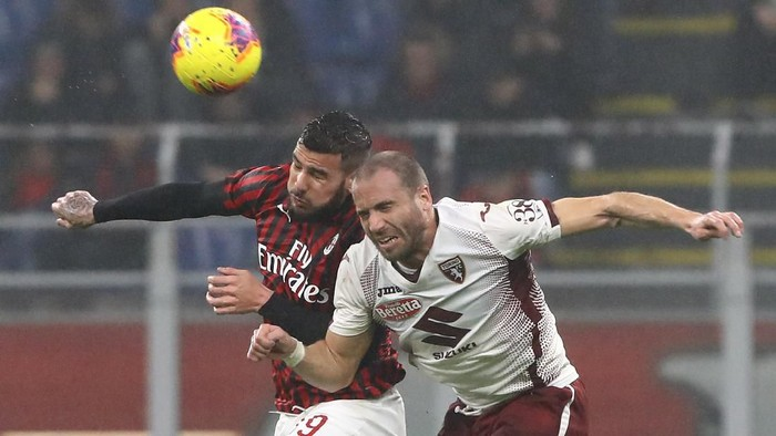 MILAN, ITALY - FEBRUARY 17:  Theo Hernandez of AC Milan competes for the ball with Lorenzo De Silvestri of Torino FC during the Serie A match between AC Milan and Torino FC at Stadio Giuseppe Meazza on February 17, 2020 in Milan, Italy.  (Photo by Marco Luzzani/Getty Images)