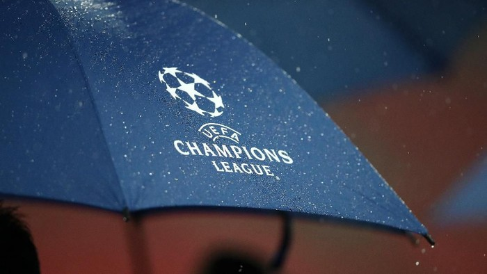 LONDON, ENGLAND - NOVEMBER 27:  Rain is seen on Champions League logo on an umbrella ahead of an Inter Milan press conference at Wembley Stadium on November 27, 2018 in London, England.  (Photo by Julian Finney/Getty Images)