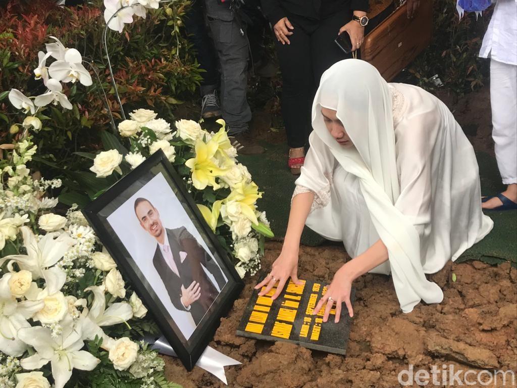 Tangis BCL Pecah Saksikan Pemakaman Suami