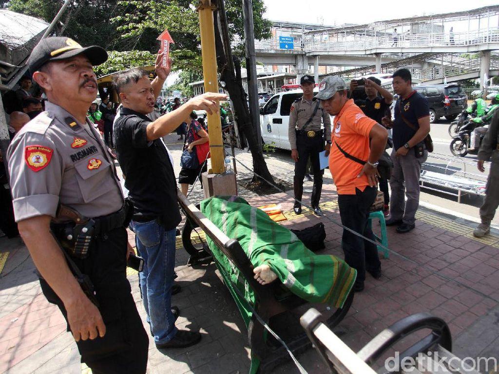 Jenazah Pria yang Meninggal di Halte Jelambar Jakbar Dievakuasi