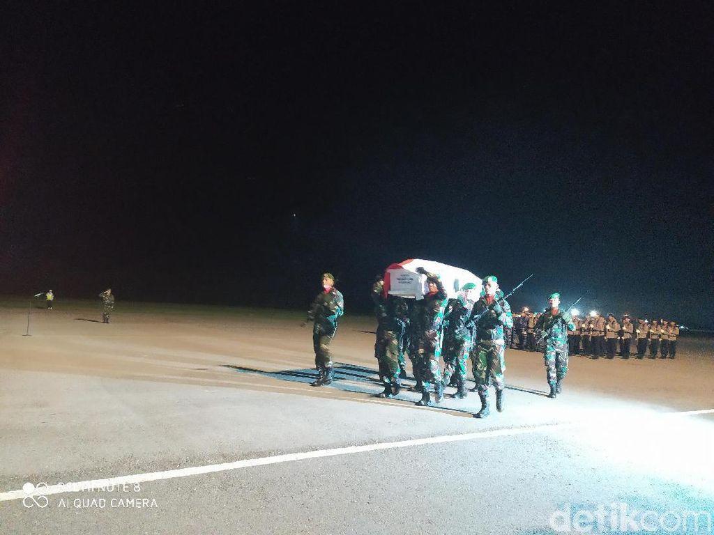 Penjemputan Jenazah Korban Jatuh Heli MI-17 di Kendari Diwarnai Haru