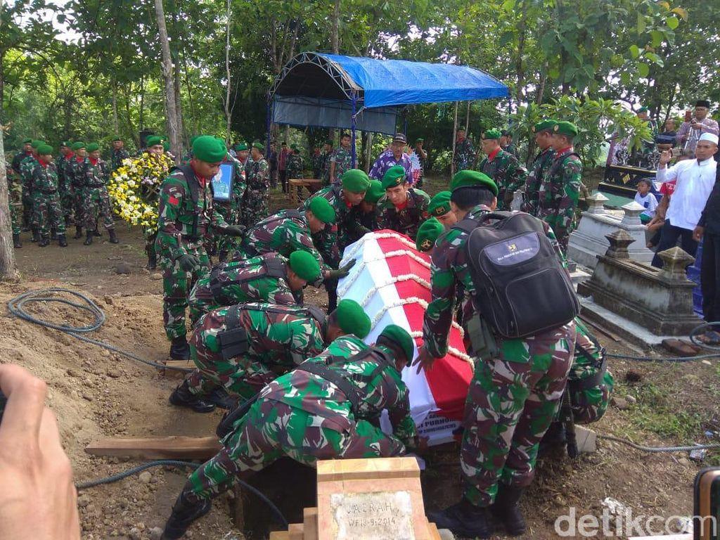 Isak Tangis Iringi Pemakaman Korban Jatuhnya Heli MI-17 di Magetan