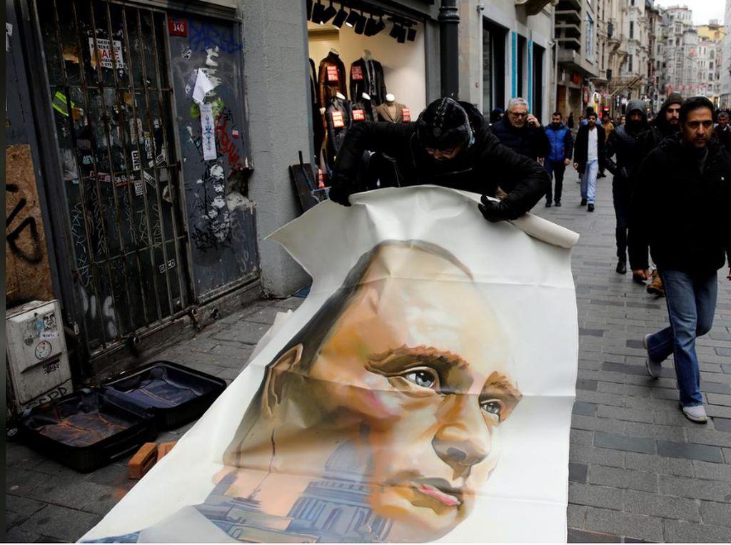 Lukisan Putin Bak Superhero Muncul di Istanbul