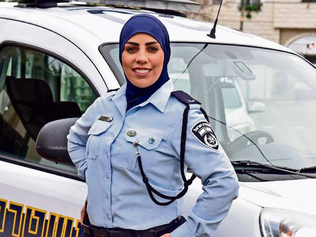 Wanita Ini Jadi Letnan Polisi Berhijab Pertama di Israel