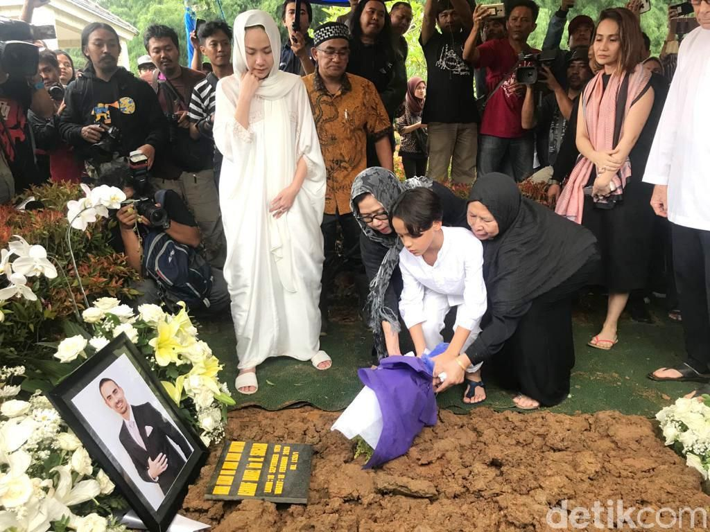 Keluarga Jauh dari Gosip, BCL Berterimakasih usai Pemakaman Ashraf Sinclair