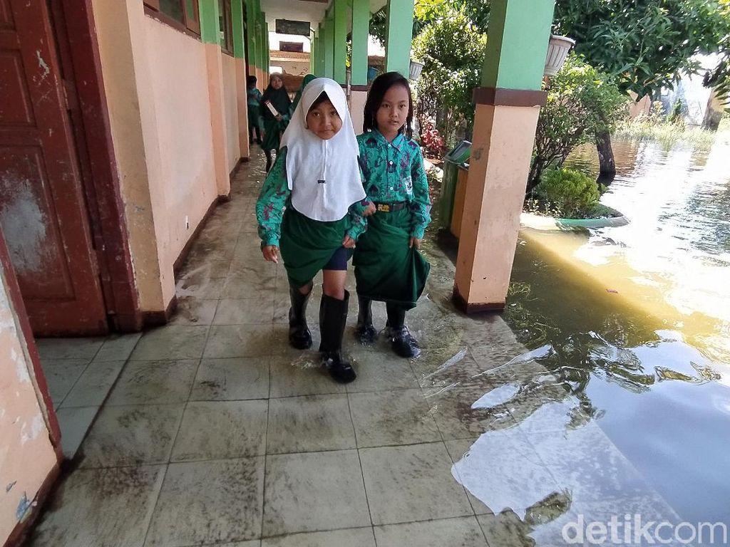 Potret Siswa-siswi SD di Sidoarjo Masuk Kelas Pakai Sepatu Bot