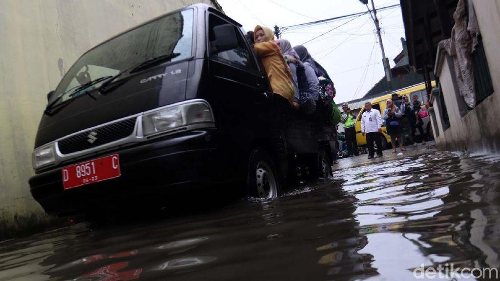 Jalan Terendam Banjir, Siswa TK Diangkut Pick Up