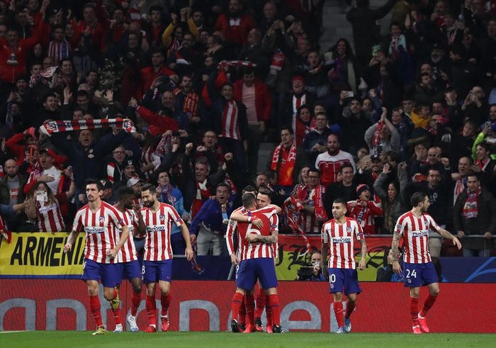 MADRID, SPAIN - FEBRUARY 18: Saul Niguez of Atletico Madrid celebrates with his team mates after scoring his teams first goal during the UEFA Champions League round of 16 first leg match between Atletico Madrid and Liverpool FC at Wanda Metropolitano on February 18, 2020 in Madrid, Spain. (Photo by Angel Martinez/Getty Images)