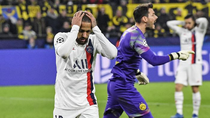 PSGs Neymar reacts disappointed beside Dortmunds goalkeeper Roman Buerki, right, during the Champions League round of 16 first leg soccer match between Borussia Dortmund and Paris Saint Germain in Dortmund, Germany, Tuesday, Feb. 18, 2020. (AP Photo/Martin Meissner)