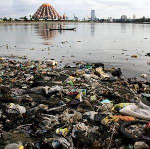 Duh! Sampah Plastik Cemari Laut di Makassar
