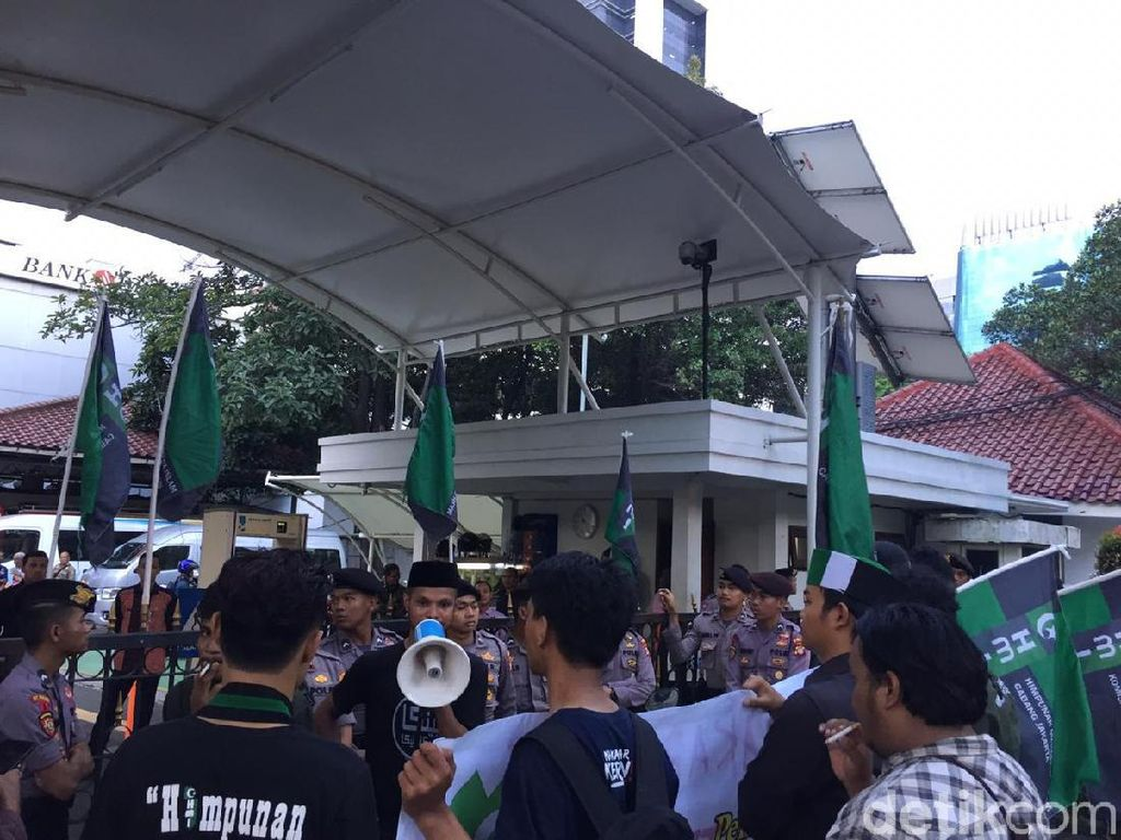 Massa HMI Demo di Balai Kota, Tuntut Transparansi Kinerja TGUPP Anies