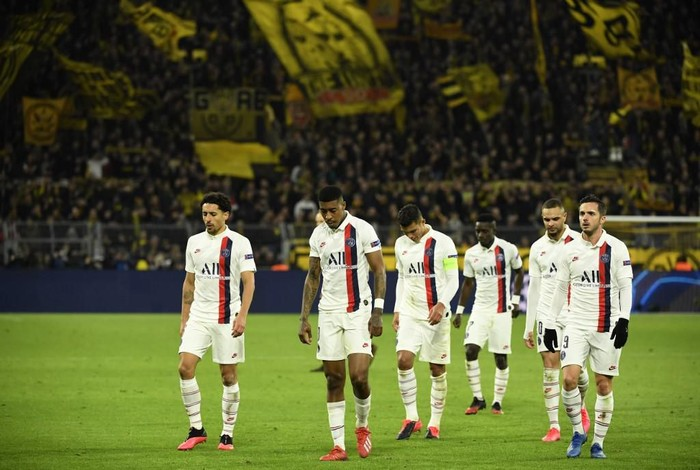 PSGs players leave the pitch after the UEFA Champions League Last 16, first-leg football match BVB Borussia Dortmund v Paris Saint-Germain (PSG) in Dortmund, western Germany, on February 18, 2020. (Photo by Ina Fassbender / AFP)