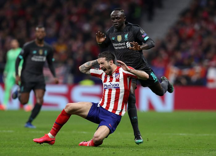 MADRID, SPAIN - FEBRUARY 18: Sime Vrsaljko of Atletico Madrid is challenged by Sadio Mane of Liverpool during the UEFA Champions League round of 16 first leg match between Atletico Madrid and Liverpool FC at Wanda Metropolitano on February 18, 2020 in Madrid, Spain. (Photo by Angel Martinez/Getty Images)