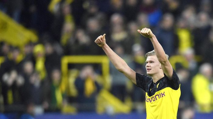 Dortmunds Erling Braut Haaland gives thumbs up at the end of the Champions League round of 16 first leg soccer match between Borussia Dortmund and Paris Saint Germain in Dortmund, Germany, Tuesday, Feb. 18, 2020. (AP Photo/Martin Meissner)