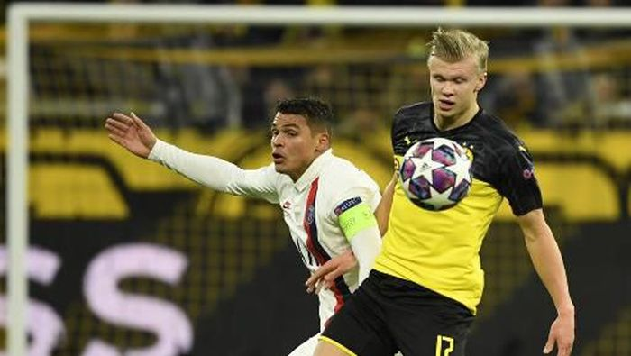 Dortmunds Norwegian forward Erling Braut Haaland (R) vies for the ball with Paris Saint-Germains Brazilian defender Thiago Silva during the UEFA Champions League Last 16, first-leg football match BVB Borussia Dortmund v Paris Saint-Germain (PSG) in Dortmund, western Germany, on February 18, 2020. (Photo by Ina Fassbender / AFP)