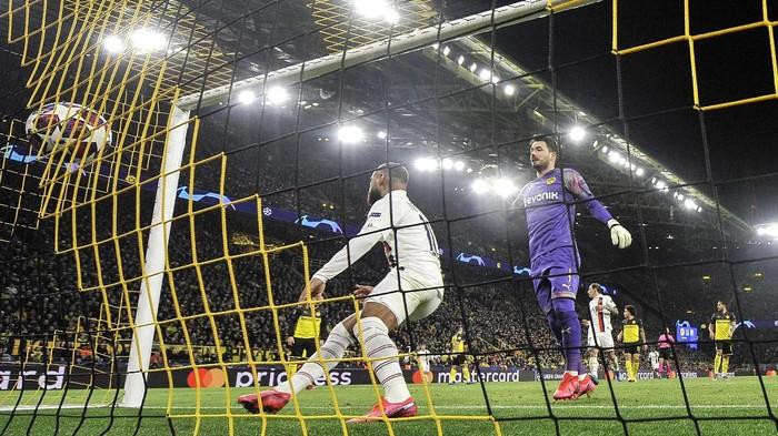 PSGs Neymar, left, scores against Dortmunds goalkeeper Roman Buerki during the Champions League round of 16 first leg soccer match between Borussia Dortmund and Paris Saint Germain in Dortmund, Germany, Tuesday, Feb. 18, 2020. (AP Photo/Martin Meissner)
