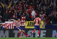 Saul (kiri) merayakan golnya ke gawang Liverpool