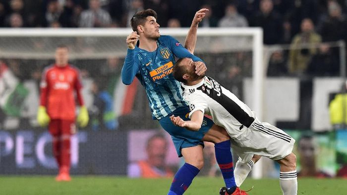 TURIN, ITALY - MARCH 12: Alvaro Morata (L) of Atletico Madrid and Giorgio Chiellini of Juventus compete during the UEFA Champions League Round of 16 Second Leg match between Juventus and Club de Atletico Madrid at Allianz Stadium on March 12, 2019 in Turin, . (Photo by Tullio M. Puglia/Getty Images)