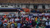 Antusias Warga Nonton Uji Coba Reaktivasi Kereta Jalur Cibatu-Garut