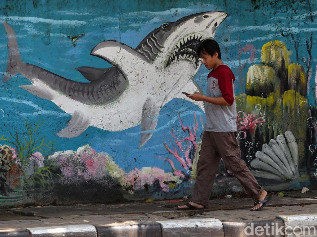 Warna-warni Mural Bertema Hewan Laut Hiasi Jalan Jembatan Tiga
