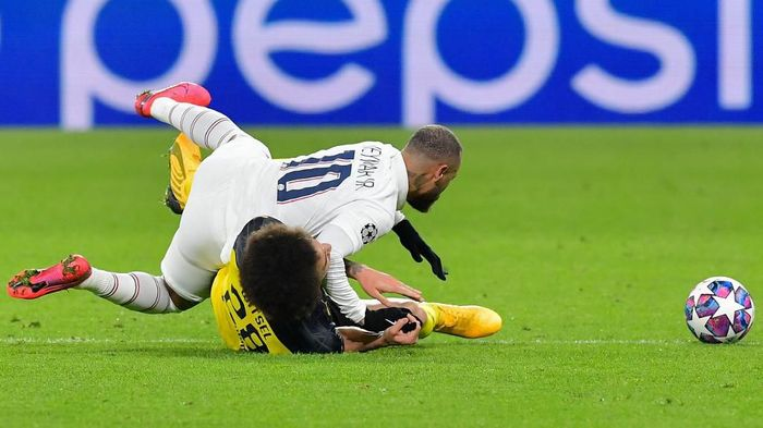 Paris Saint-Germains Brazilian forward Neymar fouls Dortmunds Belgian midfielder Axel Witsel during the UEFA Champions League Last 16, first-leg football match BVB Borussia Dortmund v Paris Saint-Germain (PSG) in Dortmund, western Germany, on February 18, 2020. (Photo by Tobias SCHWARZ / AFP)