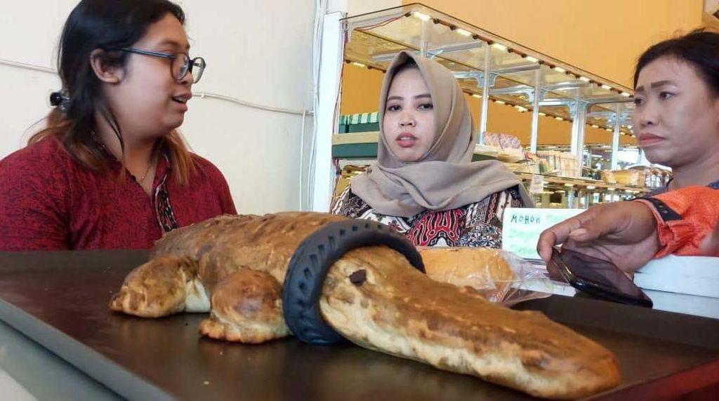 Ketika Buaya Berkalung Ban Dibuatkan Roti