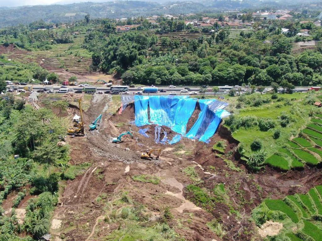 Penampakan dari Udara Longsor di Pinggir KM 118 Tol Cipularang