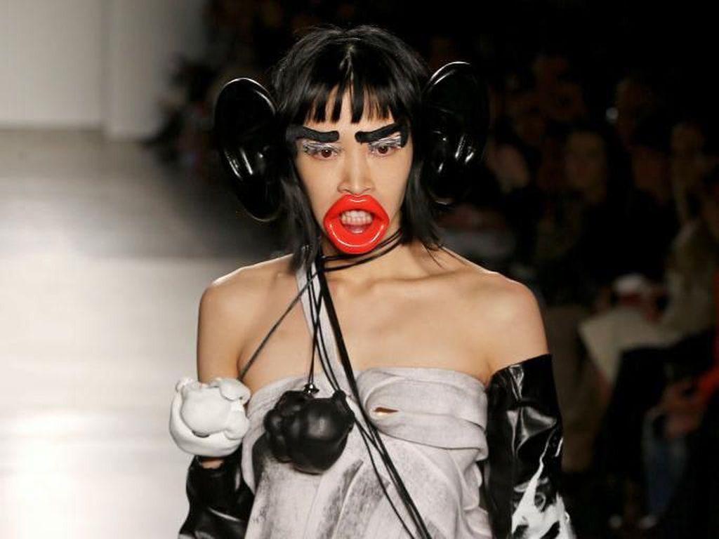 Foto: Fashion Show Ini Tuai Kontroversi Karena Modelnya Pakai Aksesori Monyet