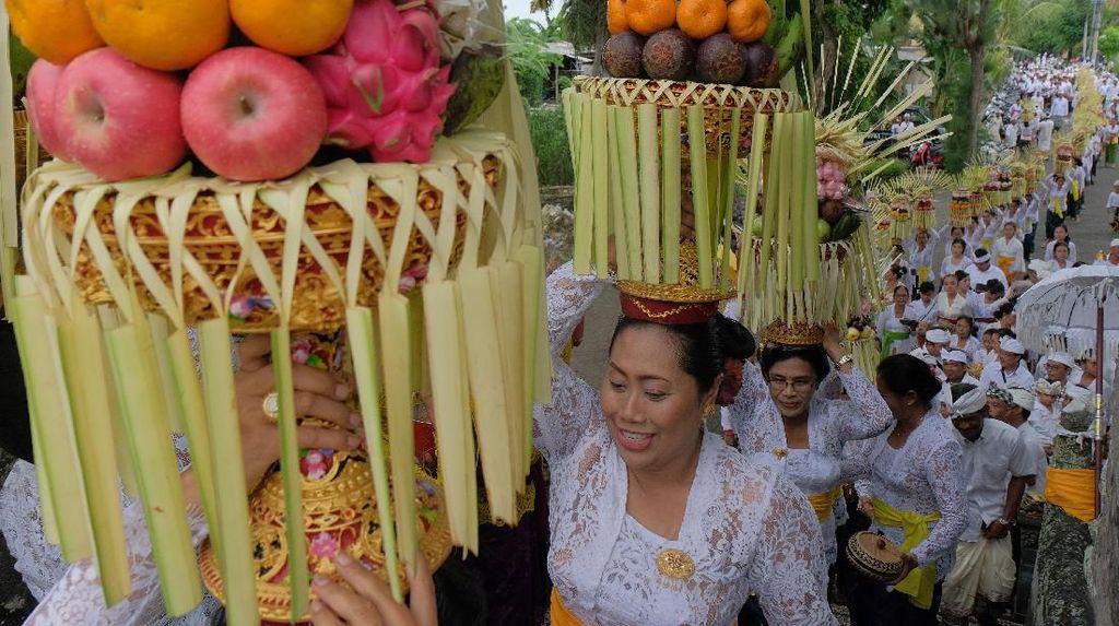 Ratusan Perempuan di Bali Ramaikan Tradisi Parade Sesajen