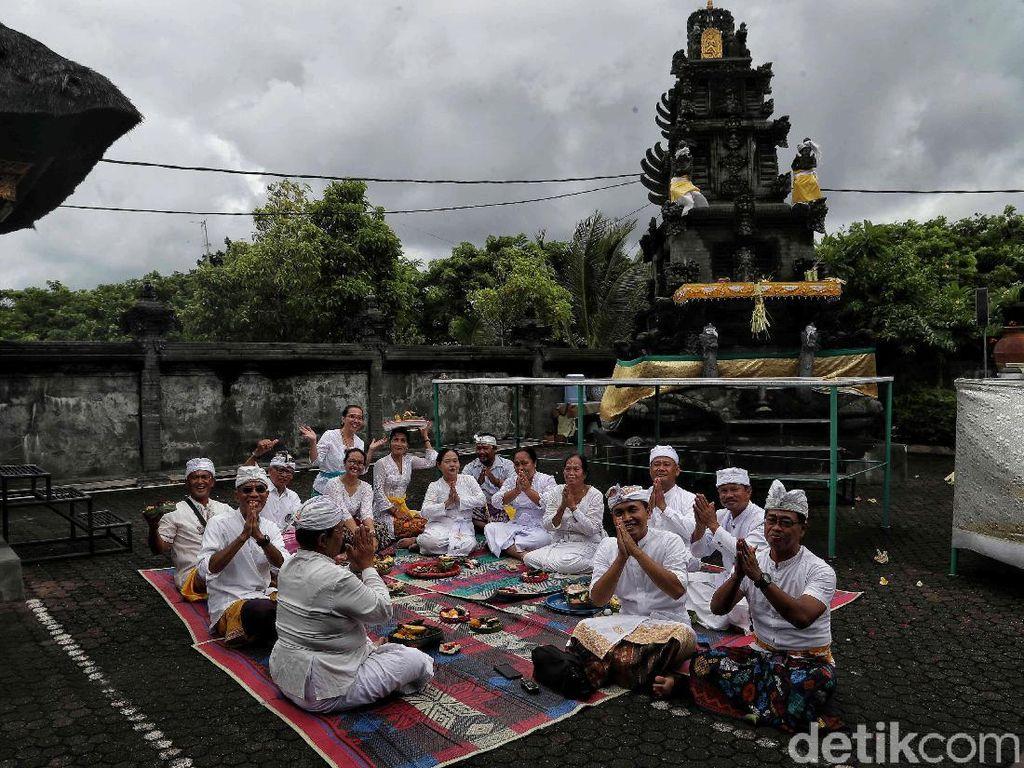 Umat Hindu Khidmat Peringati Galungan di Pura Aditya Jaya