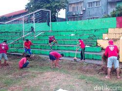 Suporter PSM Makassar Bersih-bersih Stadion Andi Mattallatta