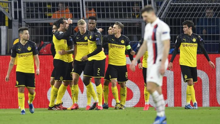 Dortmunds Erling Braut Haaland celebrates with teammates after scoring his sides second goal during the Champions League round of 16 first leg soccer match between Borussia Dortmund and Paris Saint Germain in Dortmund, Germany, Tuesday, Feb. 18, 2020. (AP Photo/Martin Meissner)