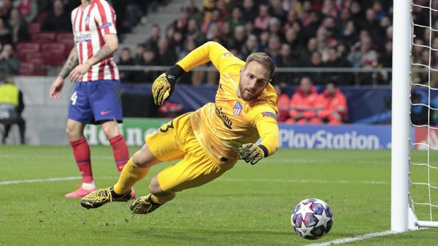 Atletico Madrid's goalkeeper Jan Oblak dives for the ball during a first leg, round of 16, Champions League soccer match between Atletico Madrid and Liverpool at the Wanda Metropolitano stadium in Madrid, Spain, Tuesday Feb. 18, 2020. (AP Photo/Bernat Armangue)