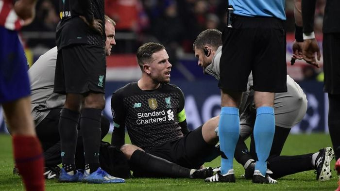 Liverpools English midfielder Jordan Henderson sits on the field during the UEFA Champions League, round of 16, first leg football match between Club Atletico de Madrid and Liverpool FC at the Wanda Metropolitano stadium in Madrid on February 18, 2020. (Photo by JAVIER SORIANO / AFP)