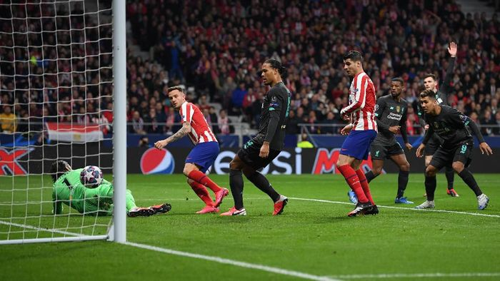 MADRID, SPAIN - FEBRUARY 18: Saul Niguez of Atletico Madrid scores his teams first goal past Alisson Becker of Liverpool during the UEFA Champions League round of 16 first leg match between Atletico Madrid and Liverpool FC at Wanda Metropolitano on February 18, 2020 in Madrid, Spain. (Photo by Michael Regan/Getty Images)